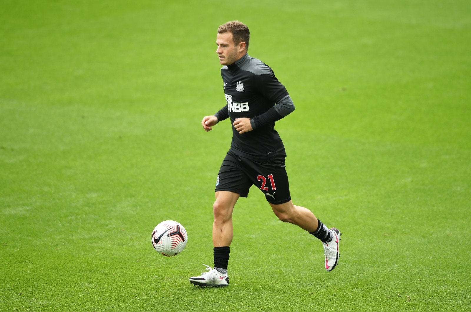 newcastle-uniteds-ryan-fraser-warms-up